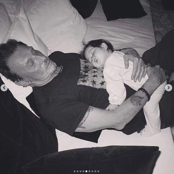 En 2004, Jade endormie sur son père Johnny Hallyday