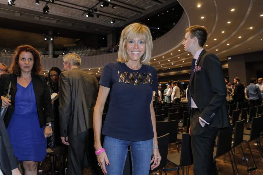 Brigitte Macron simplement habillée d'un jean et d'un t-shirt le 12 juillet 2016.