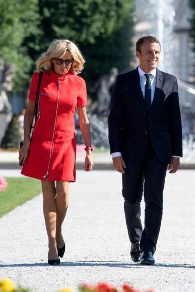Brigitte Macron et sa tenue favorite : la robe courte et zippée, le 23 août 2017.