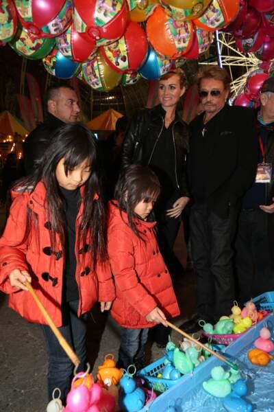 """Johnny Hallyday, Laeticia et leurs filles Jade et Joy a la soirée d'inauguration de """"Jours de Fetes"""" au Grand Palais a Paris, le 19 decembre 2013."""