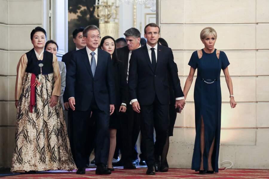Brigitte Macron chic en robe longue bleue nuit lors d'un dîner d'Etat à l'Elysée, le 15 octobre 2018.