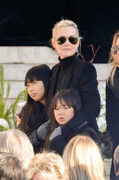 Laeticia Hallyday et ses filles Jade et Joy devant l'église de la Madeleine pour les obsèques de Johnny Hallyday à Paris, le 9 décembre 2017.
