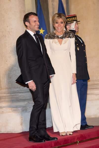 Brigitte Macron en robe longue Louis Vuitton le 19 mars 2018 à Paris.