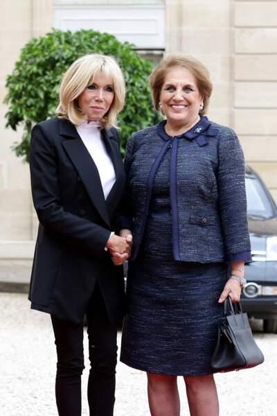 Brigitte Macron surprend avec un top au col à volants, le 25 septembre 2017 (ici ave cNadia Al Chami, la femme de Michel Aoun).