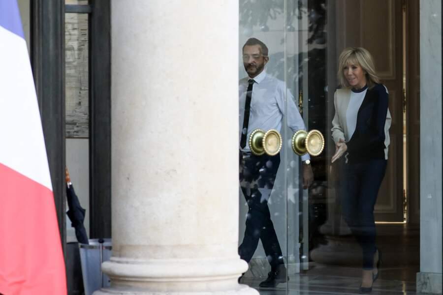 Brigitte Macron ose le pull graphique tricolore le 18 décembre 2019.