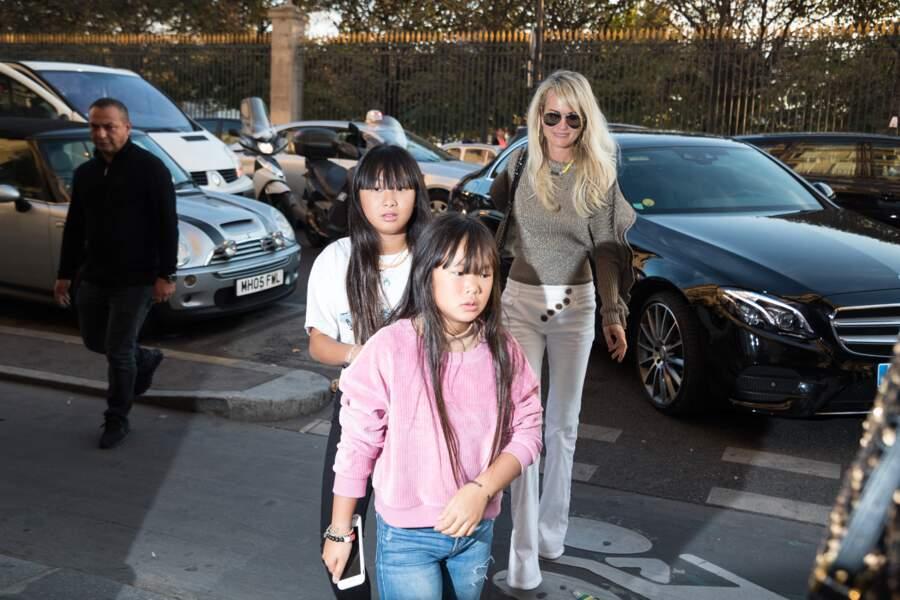 Laeticia Hallyday et ses filles Jade et Joy s'arrête rue de Rivoli pour rendre visite à une amie à Paris le 9 octobre 2018.