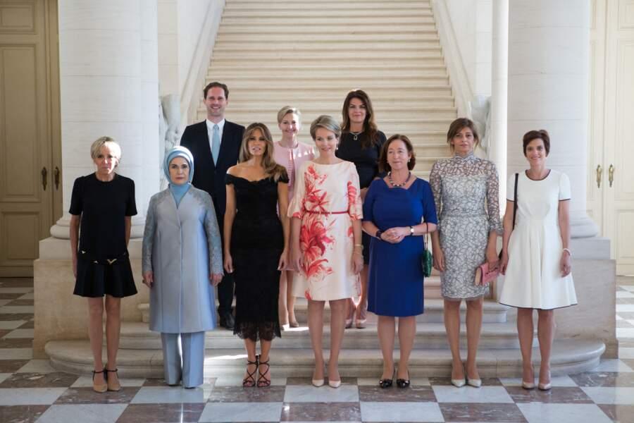 Brigitte Macron en robe noire courte Louis Vuitton aux côtés des femmes de chef d'Etat le 25 mai 2017.