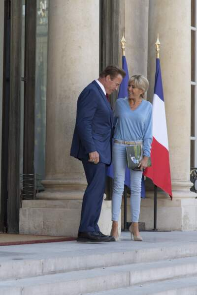 Brigitte Macron accueille Arnold Schwarzenegger à l'Elysée en jean et pull le 23 juin 2017.