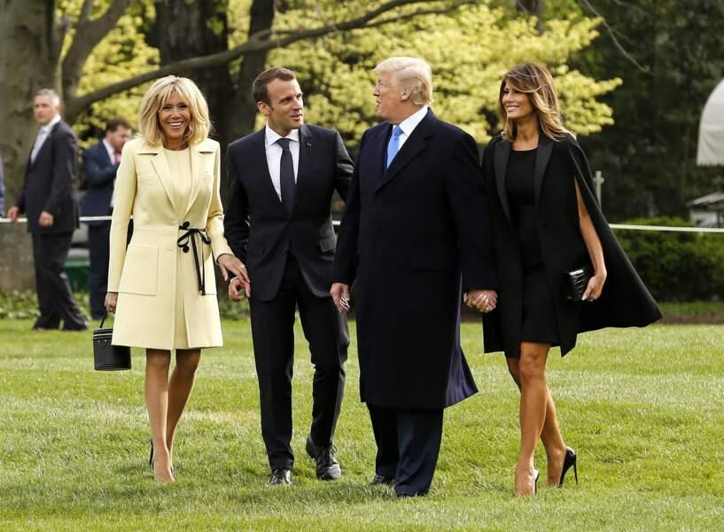 Brigitte Macron s'essaie avec succès au jaune poussin, face à Melania Trump très sobre en robe cape le 23 avril 2018.