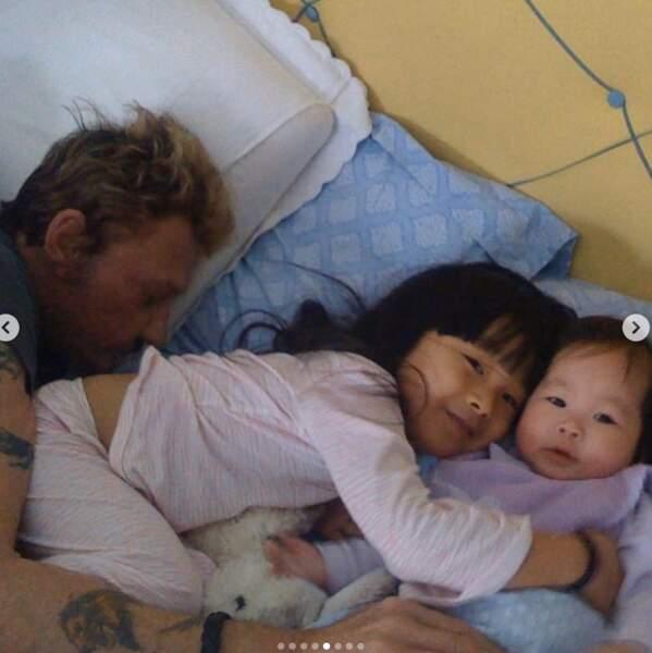 En 2008, Johnny et Laeticia Hallyday accueillent la petite Joy. Avec Jade, la complicité est immédiate.