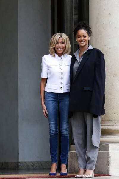 Brigitte Macron en jean à nouveau et perfecto blanc, avec Rihanna, le 23 juillet 2017.