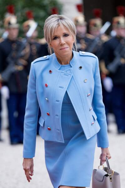 Une photo qui a fait le tour du monde : Brigitte Macron en tailleur et jupe courte le jour de la passation de pouvoir le 14 mai 2017.