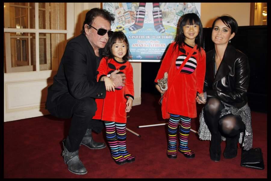 Johnny, Laeticia et leurs filles Jade et Joy à la générale de Lili Lampion à Paris, le 6 novembre 2011.