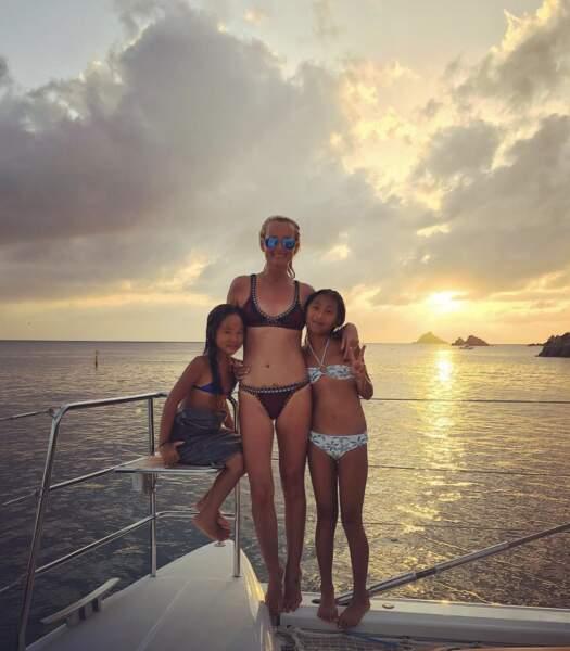 Laeticia et ses filles Jade et Joy prennent la pose à la plage.