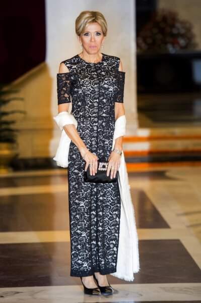 Brigitte Macron en robe en dentelle louis Vuitton le 10 mars 2018 à New Dlehi : elle fait rayonner la mode française.