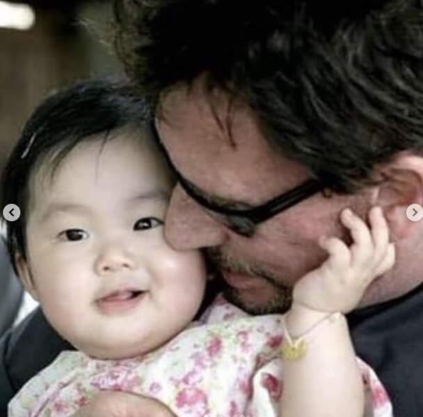 Johnny Hallyday et sa fille adoptive Jade, âgée de seulement quelques mois. Début 2005.