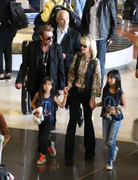 Johnny Hallyday, Laeticia, Jade, Joy et Elyette Boudou, la grand-mère de Laeticia arrivent à l'aéroport Paris CDG le 26 juin 2015.