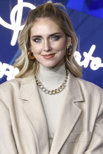 Chiara Ferragni avec des sourcils épais et un maquillage des yeux qui se rejoignent.
