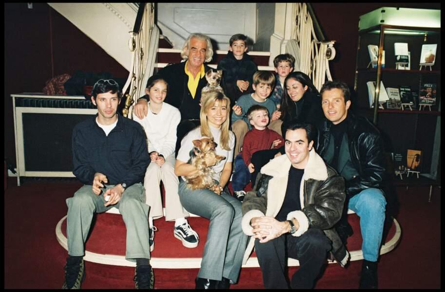 Jean-Paul Belmondo et sa famille à Paris le 22 décembre 1998