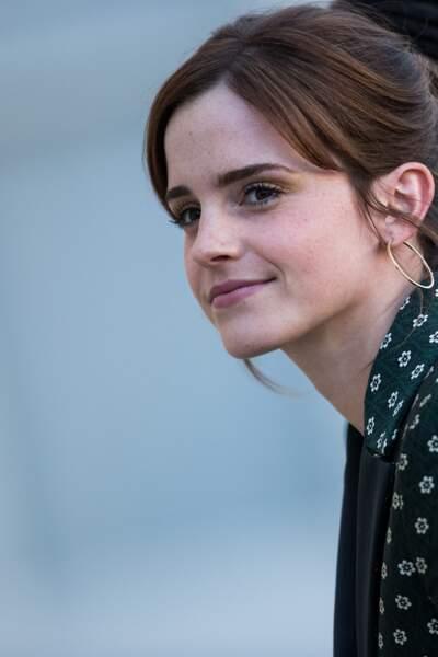Emma Watson possède des sourcils épais dont la ligne, fine, se termine dans les longueurs de sa frange.