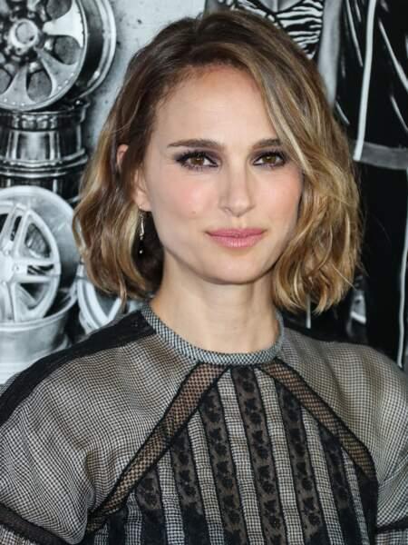 Natalie Portman porte à merveille les sourcils broussailleux, qui mettent en valeur ses yeux.