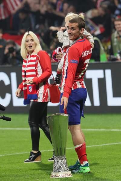 Antoine Griezmann et sa femme Erika Choperena, aux côtés de leur fille Mia, après la finale de la Ligue Europa, au stade Groupama à Decines-Charpieu, dans la banlieue de Lyon, le 16 mai 2018.