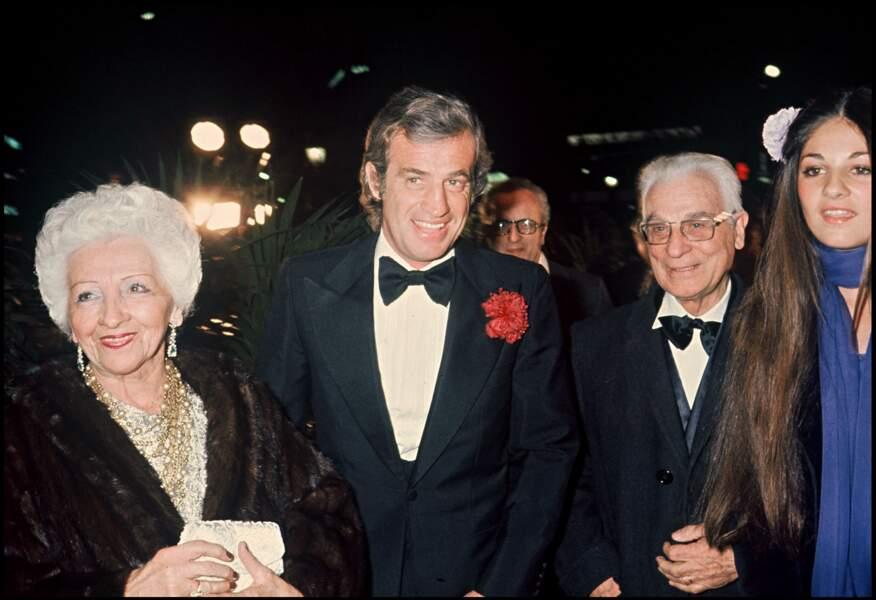 Jean-Paul Belmondo, ses parents et sa fille Florence lors d'une soirée au Lido en 1978