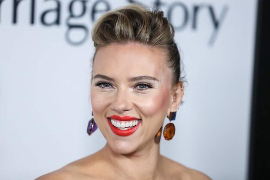Grâce à ses sourcils épais, Scarlett Johansson met parfaitement en valeur ses yeux.
