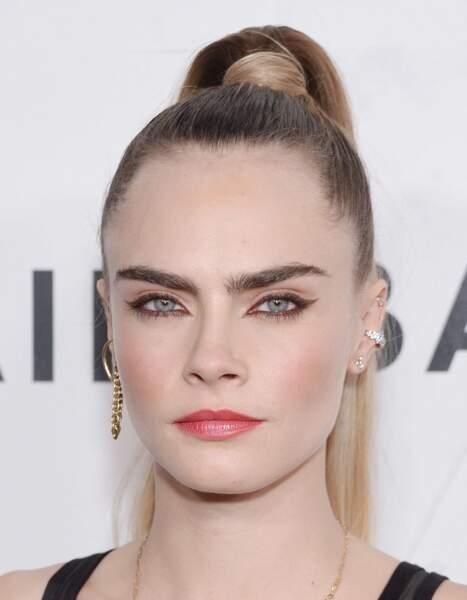 Cara Delevingne a révolutionné la mode des sourcils épais tout en maitrisant parfaitement leur ligne pour un rendu naturel.
