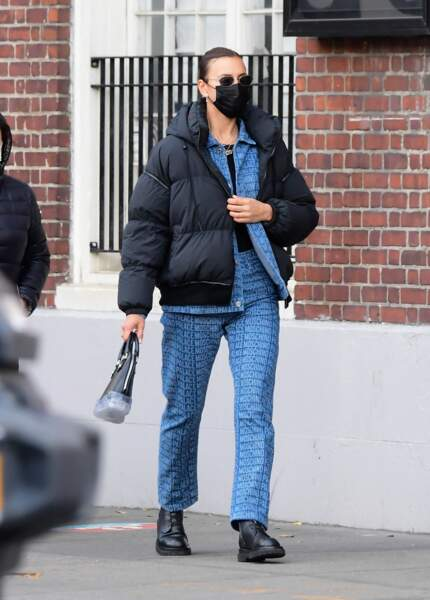 Irina Shayk adopte la veste en jean en total look, l'ensemble pantalon est signé  Moschino Palace,