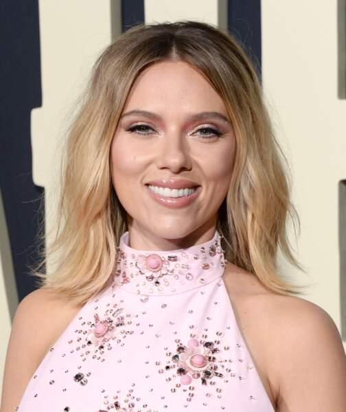 Scarlett Johansson déjà bien dans la tendance en 2019 avec des sourcils épais et fins à la fois.