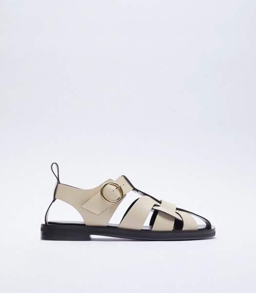 Sandales plates en cuir blanc avec grosses boucles, Zara, 79,95 euros.