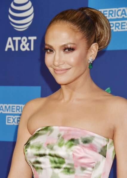 Jennifer Lopez brille de millee feux et grâce à ses sourcils, étire son regard.