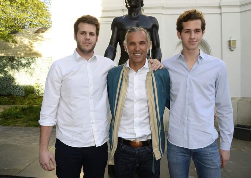 Paul Belmondo et ses fils Alessandro et Victor à Boulogne-Billancourt le 13 avril 2015