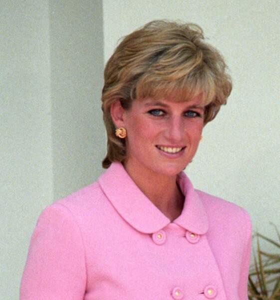 La princesse Diana et sa fameuse coupe courte au brushing époustouflant.