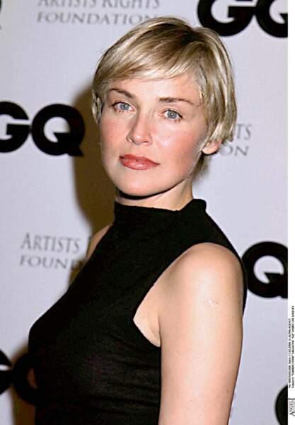 Sharon Stone devient célèbre et adopte une coupe courte qui la caractérise.