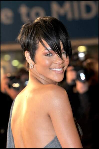 Rihanna en 2008 passe à la coupe très courte très raide.