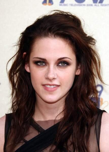 Kristen Stewart en 2009, brunette aux cheveux longs.