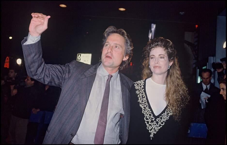 """Michael Douglas et son ex-épouse Diandra à l'avant-première de """"La guerre des roses"""" en 1990"""