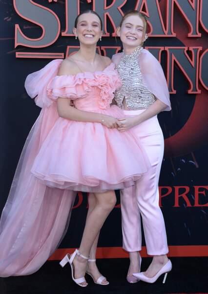 Millie Bobby Brown, Sadie Sink assorties en rose pastel.