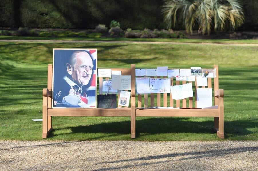 Sur un autre banc des jardins de Marlborough House à Londres, des messages et une grande photo du prince Philip ont été déposés en signe d'hommage et de respect.