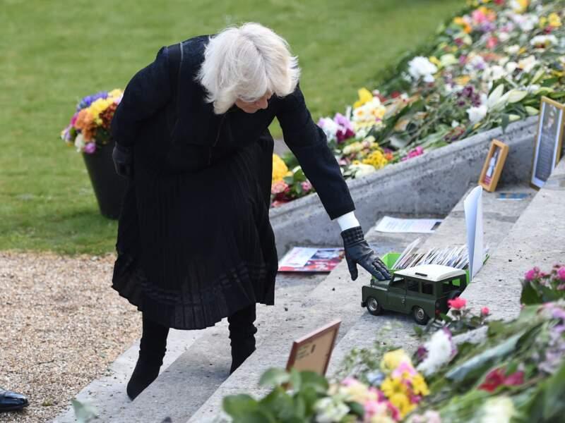 Camila Parker-Bowles s'est approchée du Land Rover offert en cadeau en hommage au prince Philip, afin de voir ce qu'il était inscrit sur le toit du véhicule.