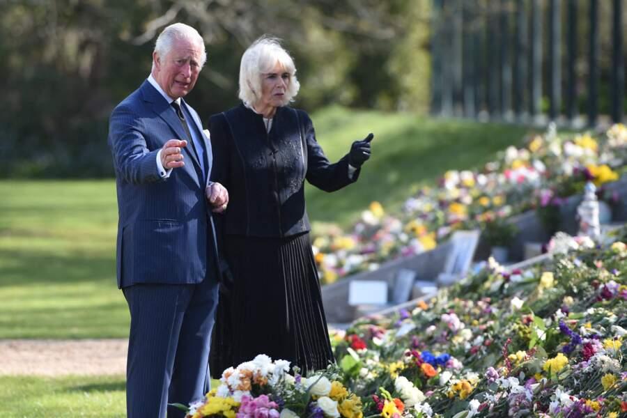 Le prince Charles et Camila Parker-Bowles passent en revue les hommages au prince Philip dans les jardins de Marlborough House à Londres le 15 avril 2021.