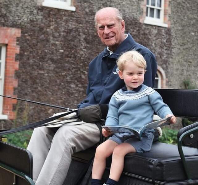 Le prince George avec son arrière-grand-père le prince Philip, à Balmoral, en 2016. Cette émouvante photo a été postée par ses parents, le prince William et Kate Middleton, peu après la mort du duc d'Edimbourg, le 9 avril 2021.