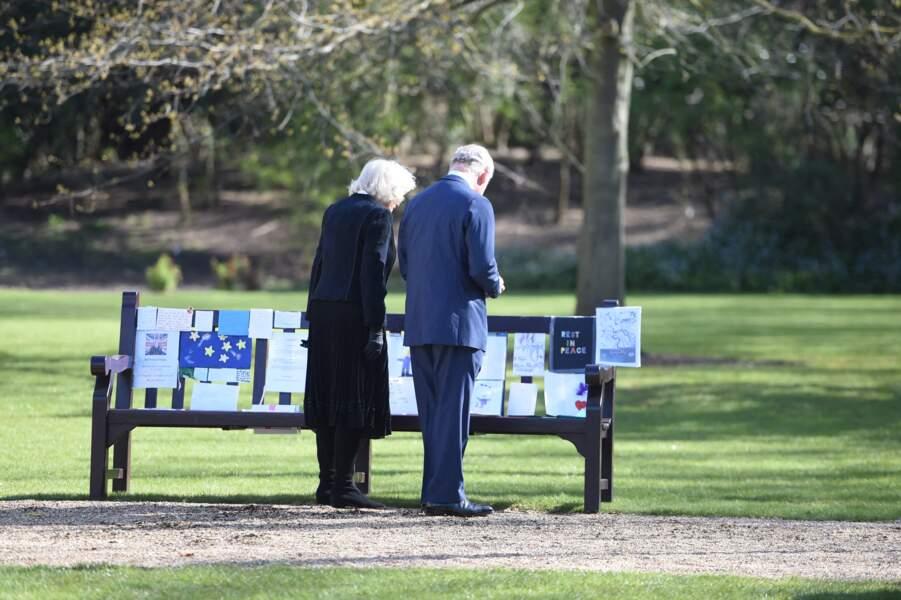 Sur un banc des jardins de Marlborough House à Londres, le prince Charles et Camilla Parker-Bowles ont pris le temps de se recueillir devant plusieurs messages et dessins destinés au duc d'Edimbourg.