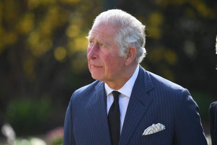 Près d'une semaine après la mort de son père, le prince Charles semble avoir beaucoup de mal à retenir ses larmes.