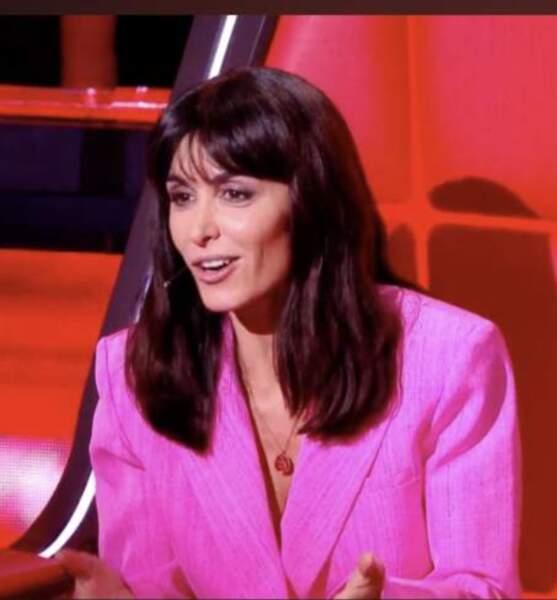 Jenifer en veste rose fuchsia signée Jacquemus sur le plateau de The Voice fin 2020
