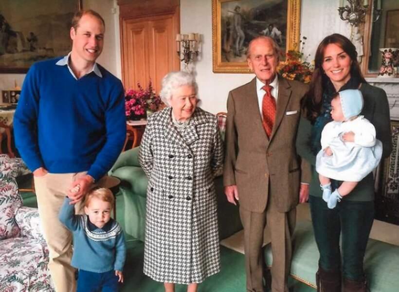 Le prince George et la princesse Charlotte, avec leurs parents William et Kate Middleton et leurs arrière-grands-parents Elizabeth II et le prince Philip. Troisième photo-souvenir révélé par les Cambridge, après la mort du duc d'Edimbourg, le 9 avril 2021.