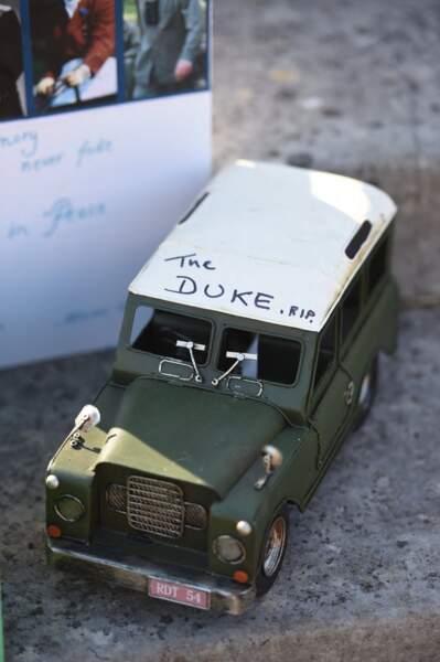 """Le prince Charles et sa femme Camila Parker-Bowles ont été émus de voir qu'un fan de la couronne avait inscrit """"The Duke RIP"""" sur le petit Land Rover."""