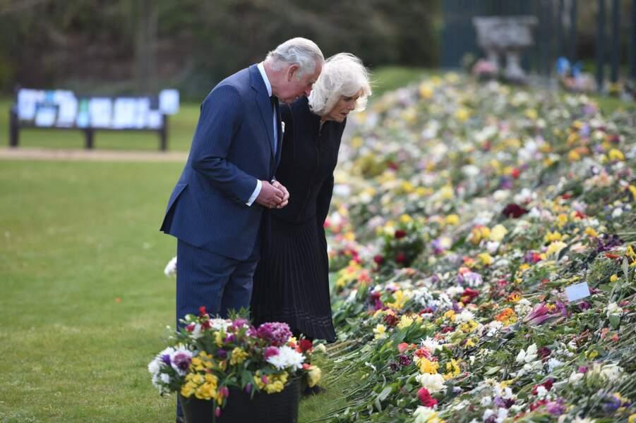 Dans les jardins de Marlborough House, le prince Charles et Camila Parker-Bowles ont admiré fleurs, messages et cadeaux à l'attention du duc d'Edimbourg.